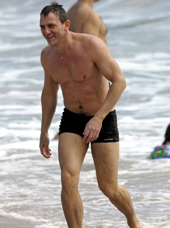e1e65ca598 Daniel Craig hits the beach